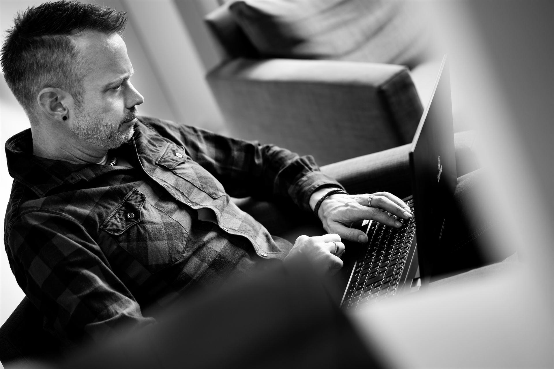 hils IT - Hils im Sessel, tippt auf Notebook